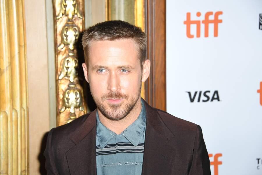 Les détails de la chemise bleue et du col de son costume font monter d'un cran le style de Ryan Gosling.