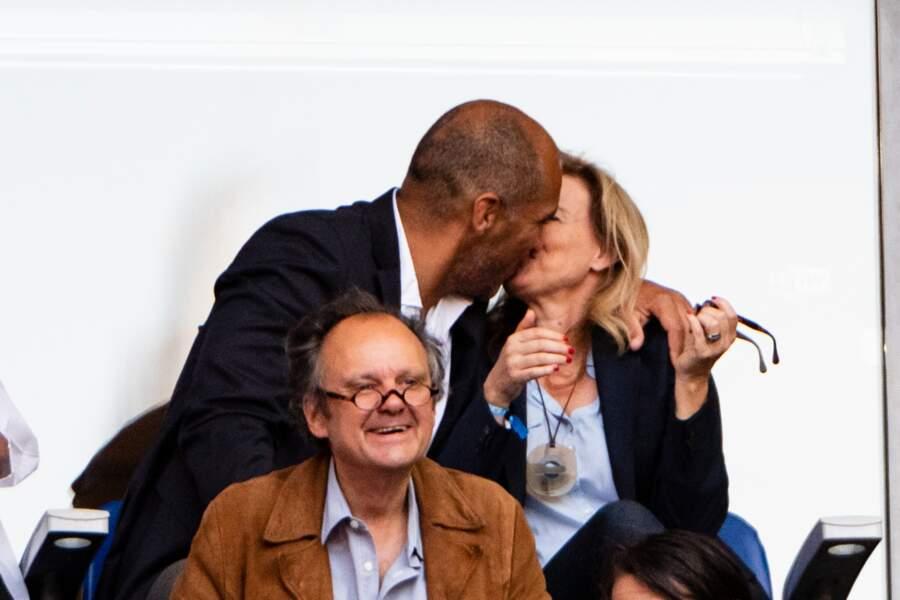 Valérie Trierweiler et Romain Magellan échangent un baiser fougueux