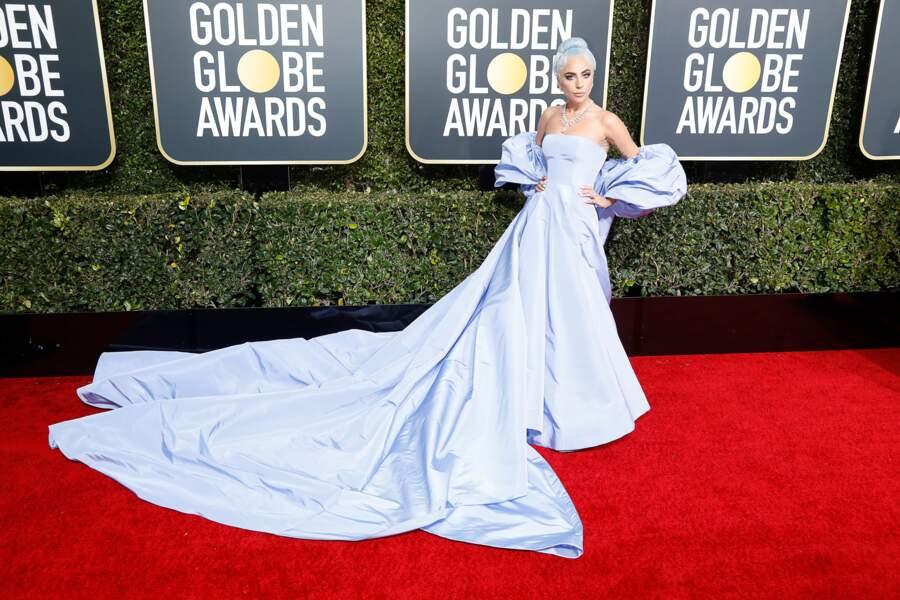Lady Gaga en robe et cape en soie Valentino Haute Couture, sur le tapis rouge des Golden Globes, le 6 janvier 2019