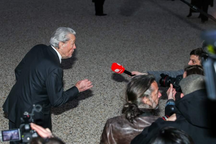 Alain Delon répond aux journalistes présents dans la cour du palais de l'Élysée