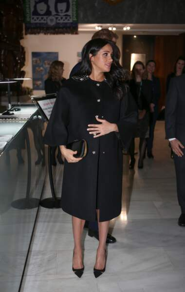 Meghan Markle sublime tout en noir en manteau Gucci, escarpins Aquazzura et pochette Givenchy