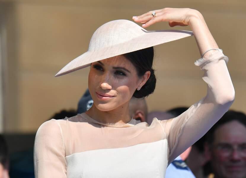 Meghan Markle avec un joli chapeau porté sur le côté à Buckingham