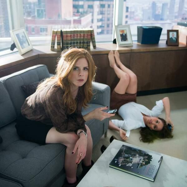 """Sarah Rafferty (qui incarne Donna Paulsen) et Meghan Markle sur le tournage de la série """"Suits"""""""