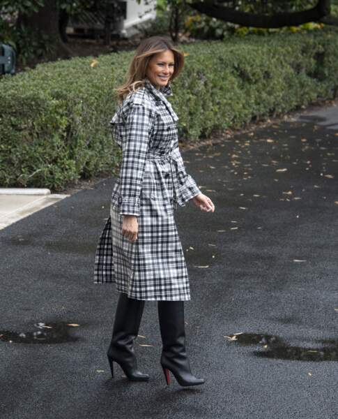 Melania Trump en manteau à carreaux Burberry et bottes Louboutin à Washington le 9 novembre 2018