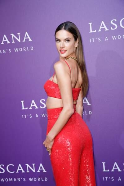 Alessandra Ambrosio, magnifique avec ce wet look savamment dosé et ces longueurs ultra sexy.