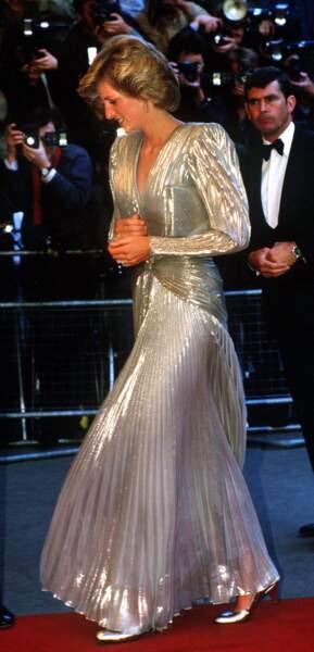 Lors de l'avant première de James Bond Dangereusement vôtre en 1985, Lady Di en robe irisée Bruce Oldfield