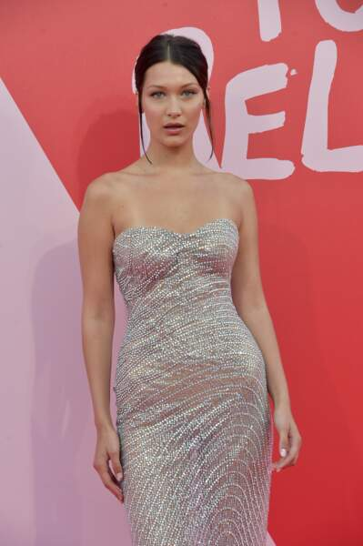 "Bella Hadid au photocall du défilé du gala de charité de N. Campbell ""Fashion for Relief"" en 2017"