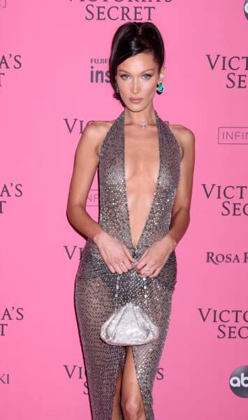 Bella Hadid affiche sa plastique de rêve dans une robe transparente au décolleté xxl
