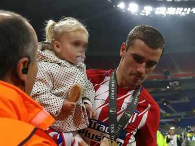 Antoine Griezmann félicité par sa femme et sa fille après sa victoire en Ligue Europa