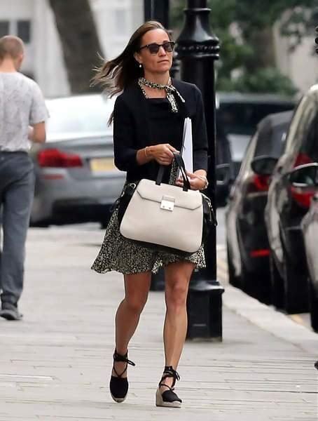 Dans les rues de Londres c'est une robe française que porte Pippa avec cette pièce signée Sandro !