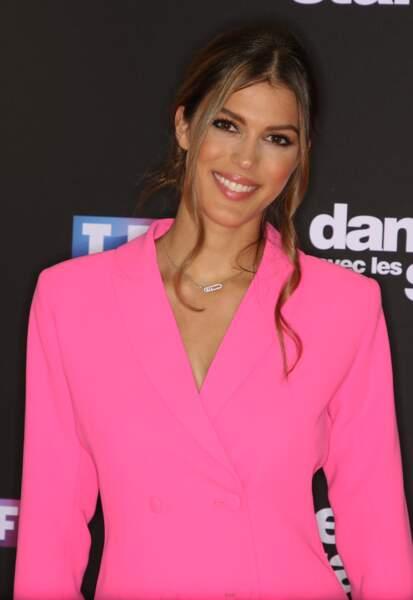 La nouvelle recrue de Danse avec les Stars, Iris Mittenaere, glam en rose pour le photocall de la soirée.