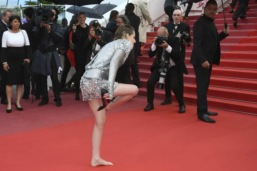 L'actrice a aussi enlevé ses escarpins Louboutin pour monter les marches.