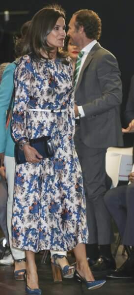 Pour compléter son look, Letizia d'Espagne arborait une pochette bleu marine