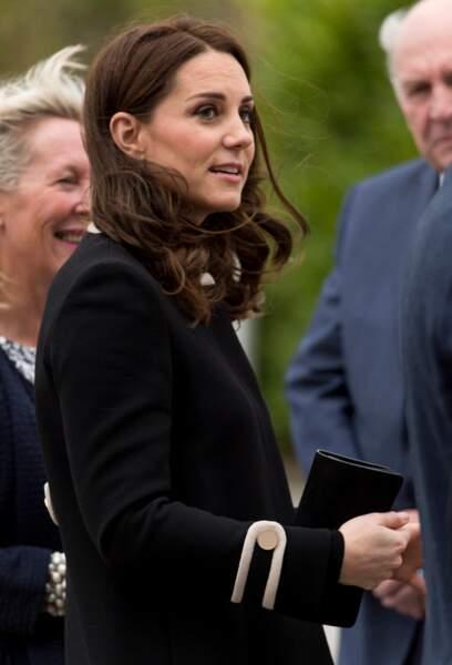 Très souriante, Kate Middleton multiplie les apparitions en manteau et bottes, sa nouvelle tenue fétiche