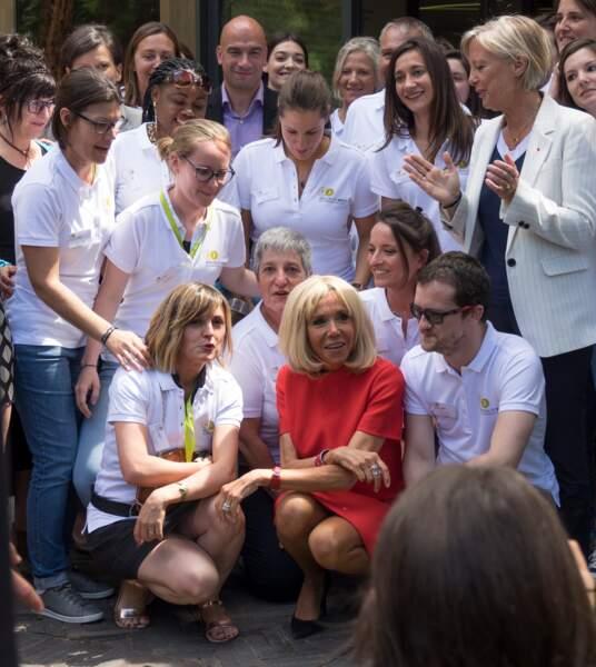 Brigitte Macron très élégante dans sa robe courte rouge très estivale