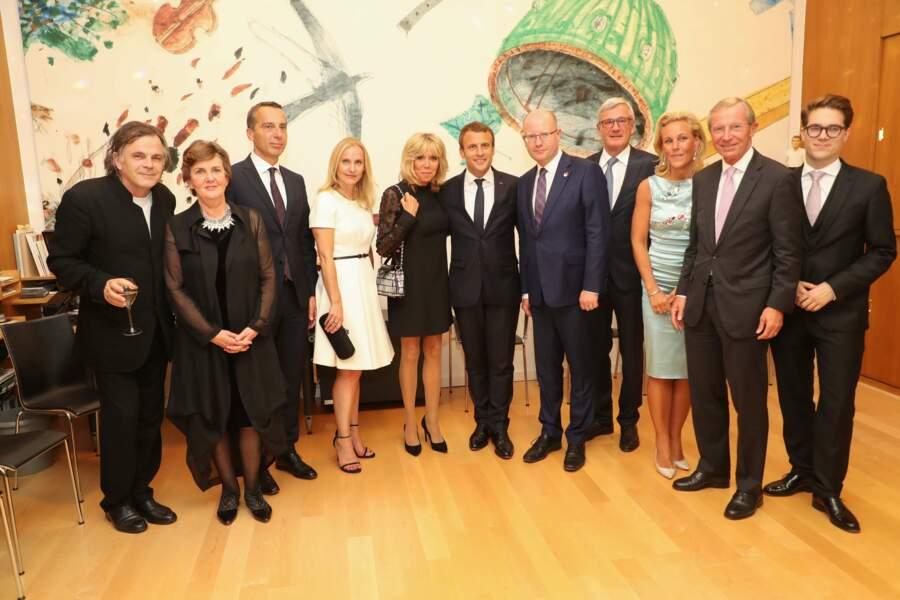 Photo de famille à Salzburg avec Brigitte Macron très chic tout en noir