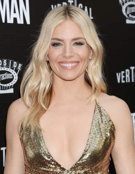 Un savant mix de mèches caramel et blond polaire comme Sienna Miller