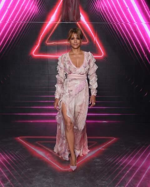 Halle Berry avec un chignon et une grande frange