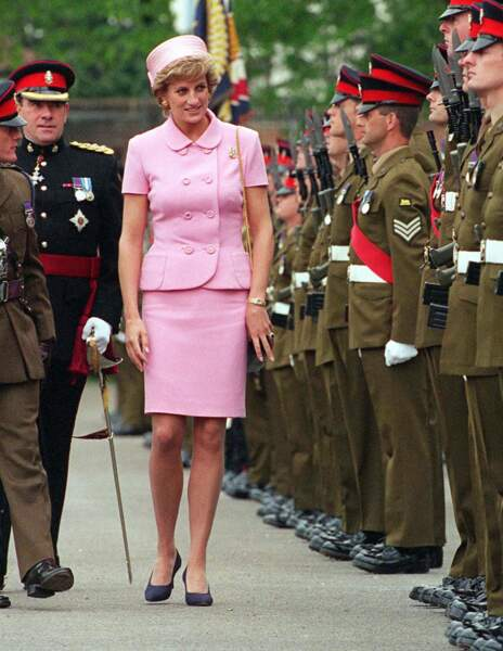 La princesse Diana en tailleur rose à bouton Gianni Versace, lors d'une visite des troupes à Canterbury en 1995