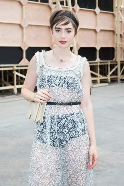 La coupe courte avec bandeau romantique comme Lily Collins