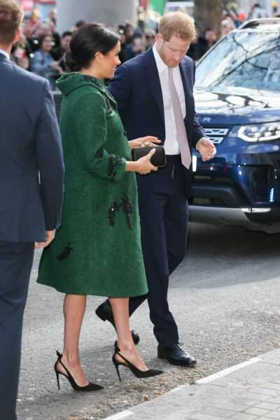 Meghan Markle enceinte de plus de sept mois élégante en manteau long vert brodé Erdem et escarpins Aquazzura