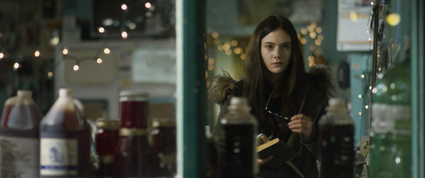 L'actrice Emilia Jones, alias Beth, ado passionnée de littérature fantastique et fille cadette de Mylène à l'écran