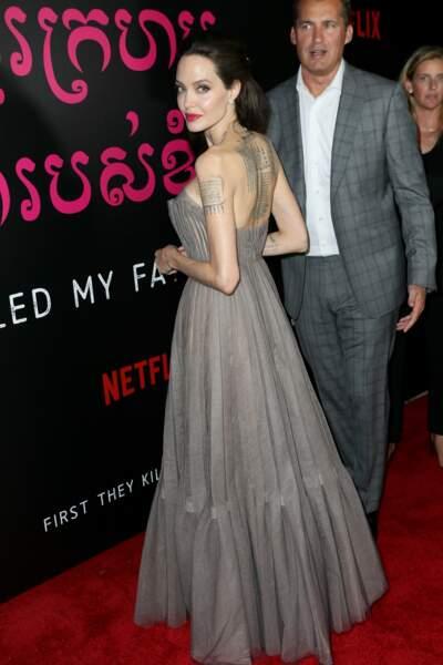 Angelina Jolie, une robe qui met bien en valeur ses tatouages