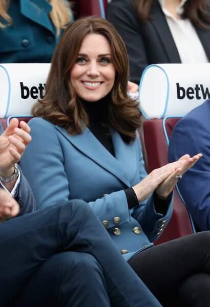 Kate Middleton, une duchesse radieuse en blazer d'officier bleu signé Philosophy Lorenzo di Seraphini