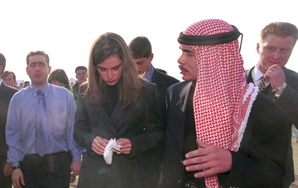 Rania de Jordanie, très touchée lors d'une visite dans un camp de réfugiés à Skopje en Macédoine, le 8 avril 1999