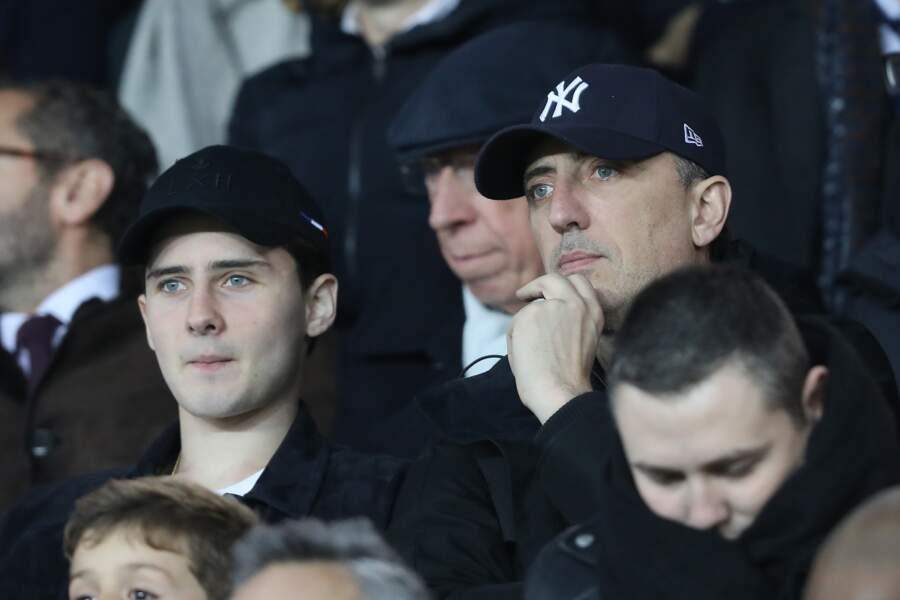 Père et fils, pensifs, lors du match de football opposant Paris et Lille le 2 novembre