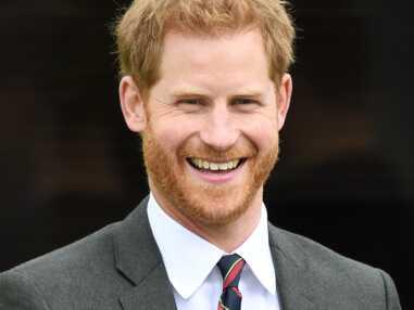 En visite officielle sans Meghan, le prince Harry touche son alliance