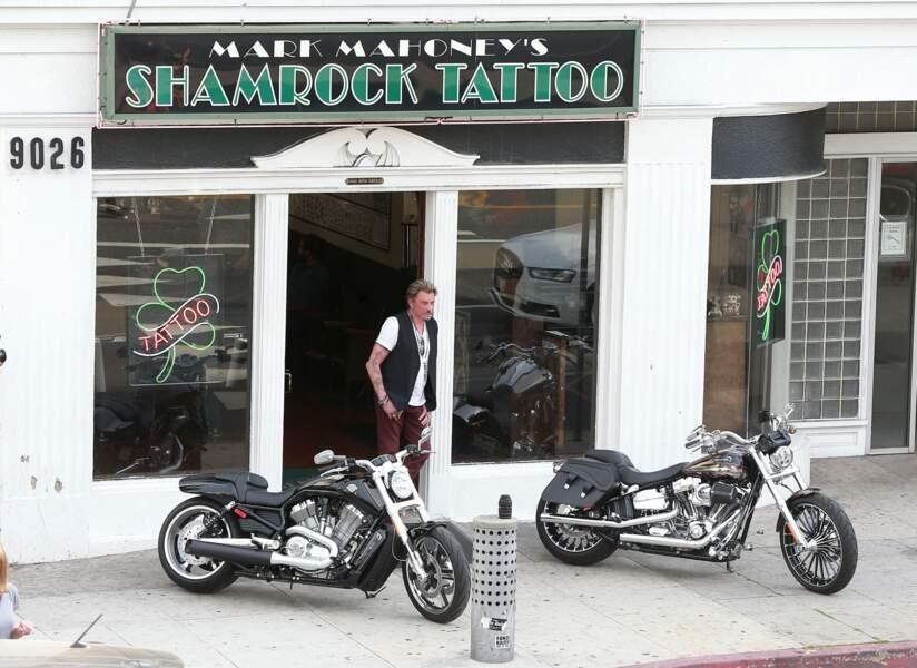 Johnny Hallyday devant le salon de son ami Mark Mahoney, le tatoueur des stars, à West Hollywood en 2014