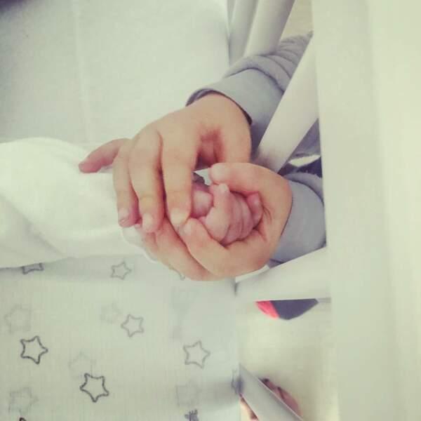 Karine Ferri a partagé ce tendre cliché de son fils Maël (né en 2016) et sa soeur Claudia (née le 16/07/2018)