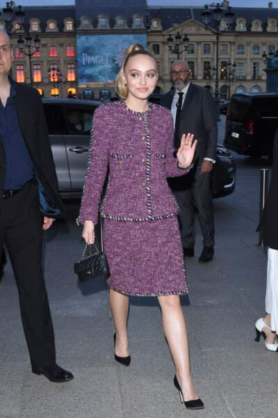 Lily-Rose Depp ravissante en tailleur Chanel