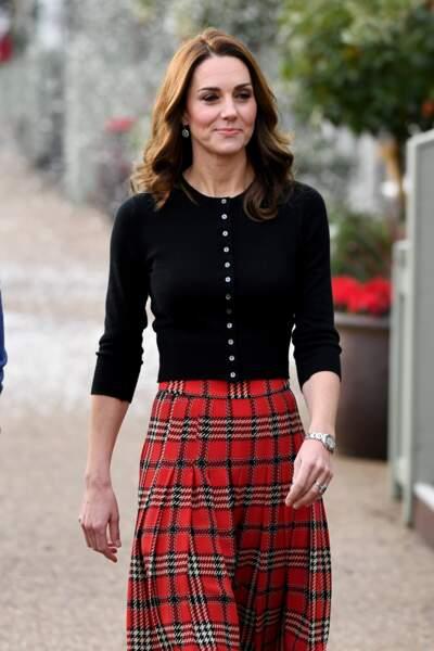 Kate Middleton très souriante avec un look très Noël par cette jupe écossaise signée Emilia Wickstead