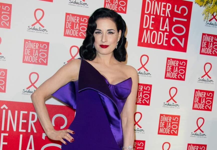 Dita von Teese porte une robe longue corsetée violette de la dernière collection Haute Couture Alexis Mabille