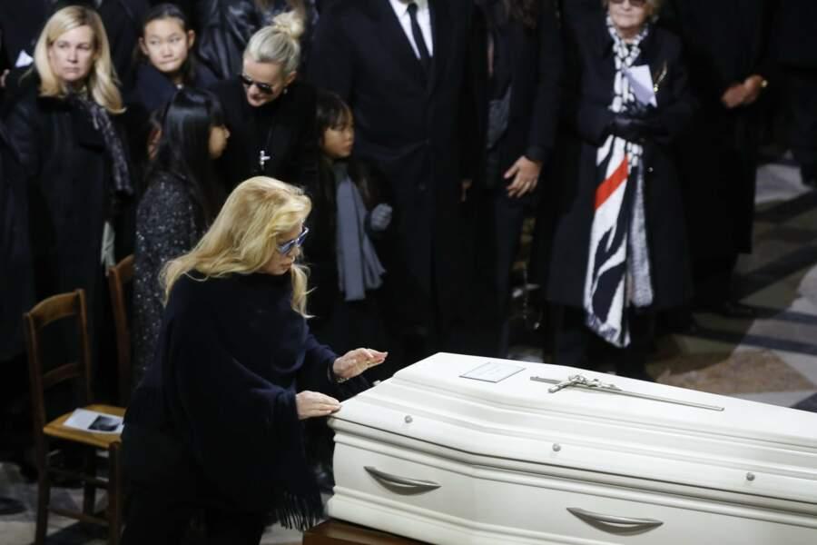 Sylvie Vartan dit adieu au cercueil de Johnny Hallyday à la Madeleine