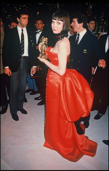 """Sabine Azéma, dans une impressionnante robe bustier rouge vermillon, meilleure actrice pour """"Mélo"""" (1987)"""