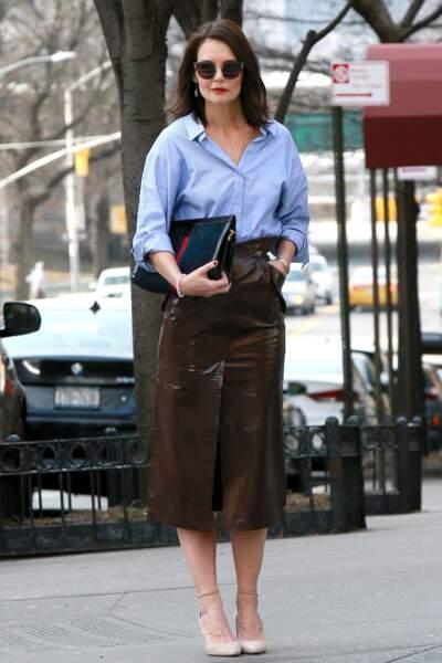 Katie Holmes stylée en jupe en cuir fendue sur le devant de la marque Zeynep Arçai