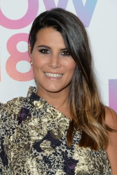 Le side-hair lisse de Karine Ferri met en valeur le tie and dye de ses cheveux bruns.
