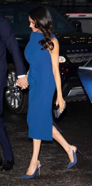 Le bleu de cette robe de soirée portée par Meghan Markle se retrouve sur les podiums printemps-été 2019.