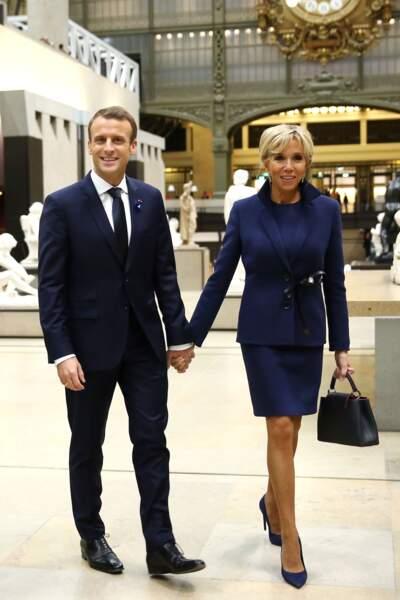 Du bleu toujours mais une coupe plus droite pour Brigitte Macron lors du dîner le 10 novembre au musée d'Orsay