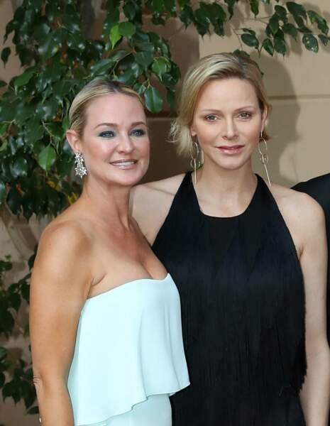 Charlene de Monaco a opté pour un side-hair élégant et très naturel à Monte-Carlo