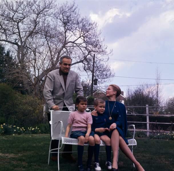 Rainier, Caroline, Albert, dans le jardin de l'ancienne maison de la princesse Grace à Philadelphie, en 1962