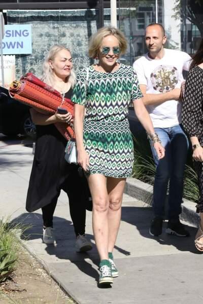 Sharon Stone arborait une paire de lunettes de soleil vissée sur son nez