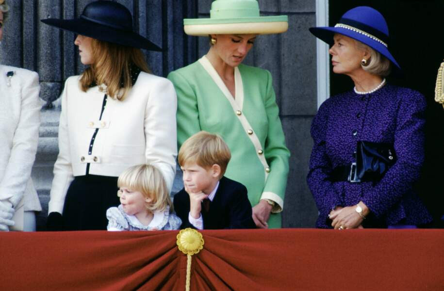 Beatrice d'York au balcon de Buckingham avec son cousin le prince Harry, en 1990