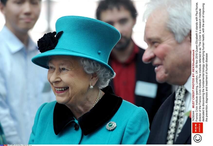 Des tailleurs et des bibis turquoise, la reine en a plein son dressing