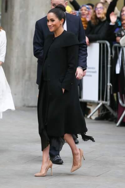 Déjà porté en novembre 2018, Meghan Markle, enceinte, ne jure que par Givenchy et par ce manteau unique.