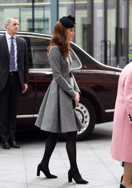 Kate Middleton très élégante en robe-manteau Catherine Walker, un style qu'elle apprécie beaucoup
