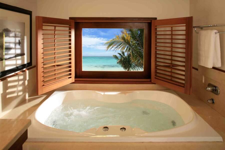 Un petit bain bouillonnant avec vue sur le lagon turquoise au LUX* Le Morne à l'île Maurice. Divin !